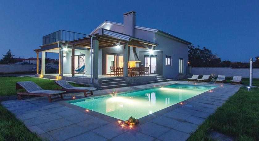 Four-Bedroom Holiday home Skatari with an Outdoor Swimming Pool 06