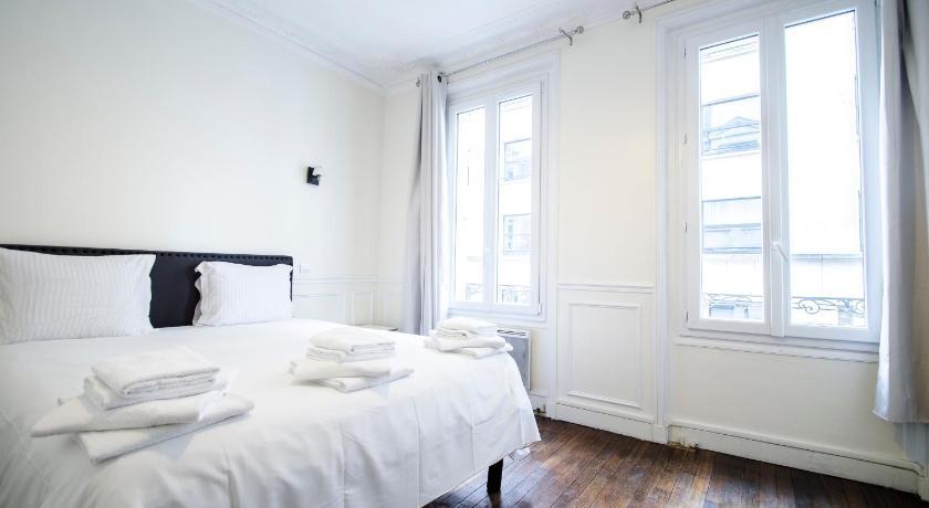 paris appartement sur les champs elys es in france europe. Black Bedroom Furniture Sets. Home Design Ideas