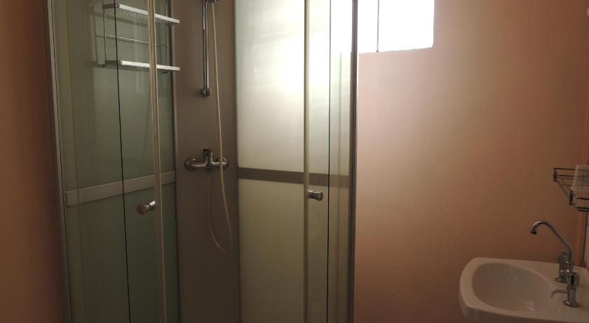 Basic Single Room with Shared Bathroom - Shower Le Colbert