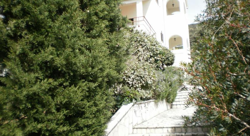 Comfort Two-Bedroom Apartment with Balcony - Entrance Apartments Pinezić
