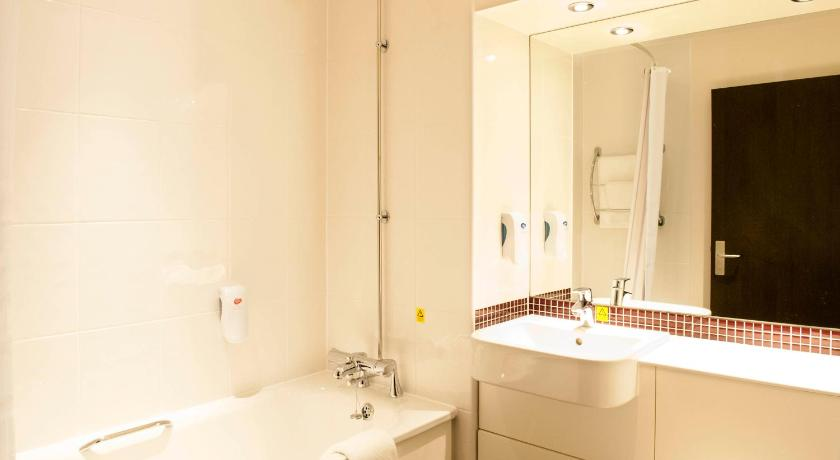 Single Room - Disability Access - Bathroom Premier Inn London Brixton
