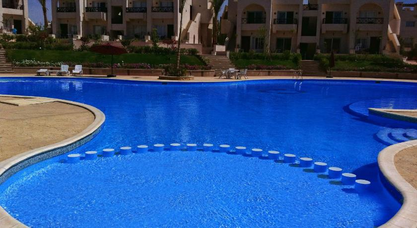 Swimming pool Apartment at Sunny Lakes Elite