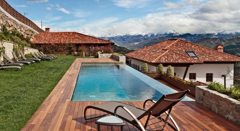 Kolam renang Puebloastur Eco Resort Wellness