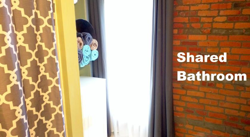 Queen Ladder Loft with Shared Bathroom and Breakfast - Badrum Short North Guesthouse