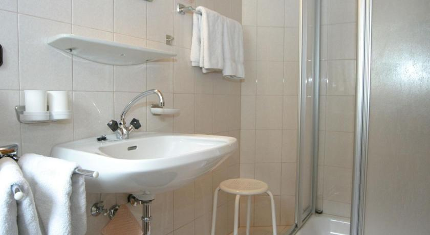 One-Bedroom Apartment - Bathroom Apartment Pillersee Sud 1