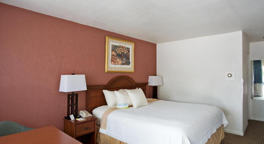 Guestroom Days Inn Dover