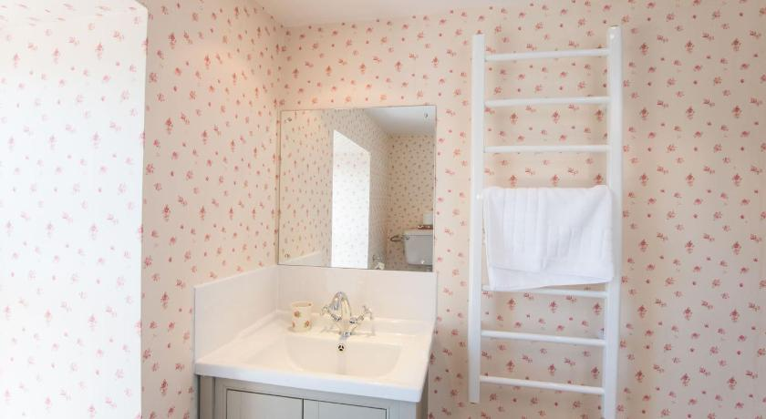 Three-Bedroom House - Bathroom Camellia Cottage