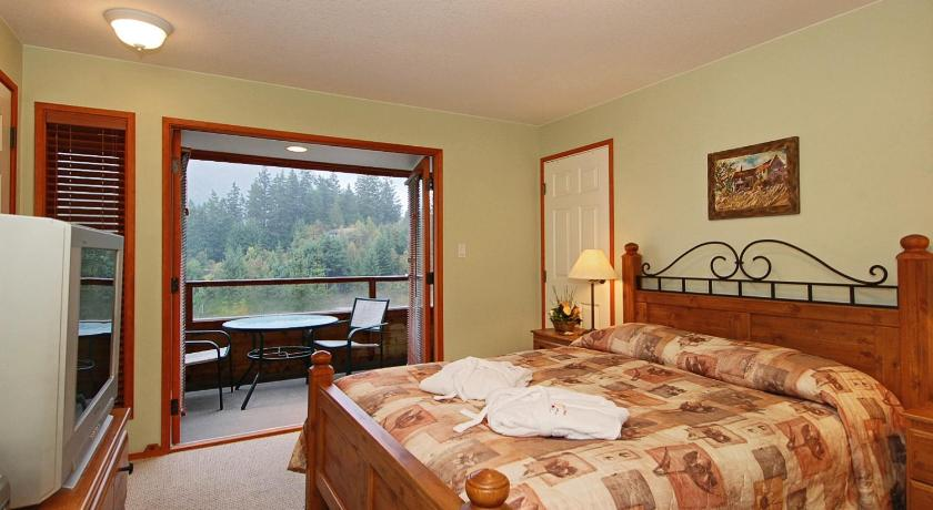 Queen Room with Ocean View - Guestroom Sunshine Coast Resort