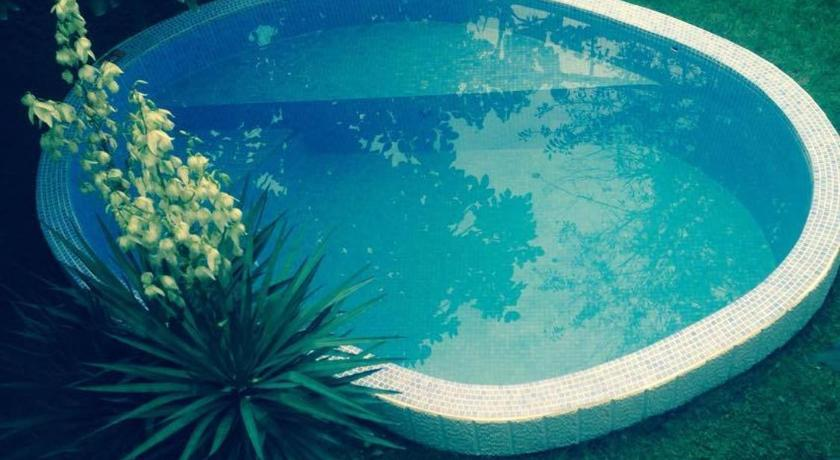 Swimming pool Natalie's Guest house