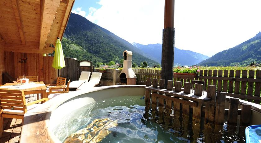 Swimming pool Luxury Chalets Wiesenruh