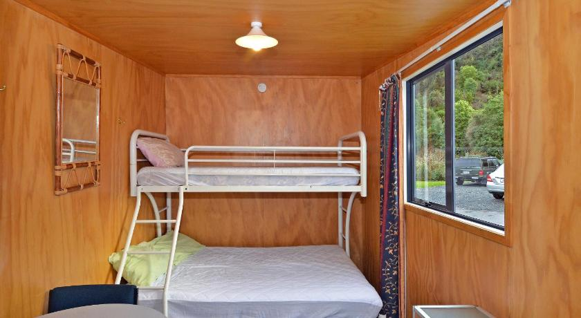 Cabin with Shared Facilities - Towels/Linen/Blanket Extra Fee - Bed Leith Valley Holiday Park and Motels