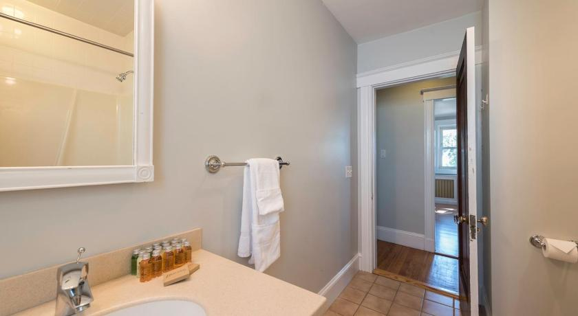 Banheiro Three-Bedroom on Summit Avenue Apt 1