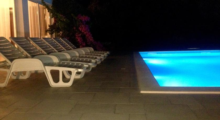 مسبح Holiday Home Vila Emma