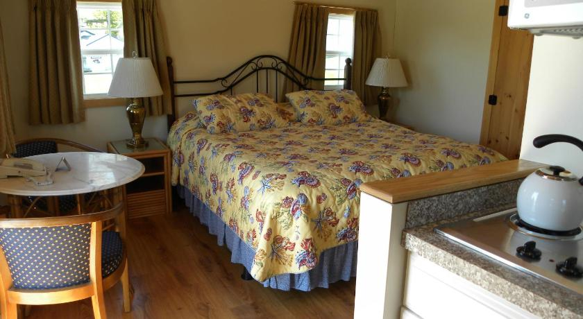 Superior King Cottage with Kitchenette and Sea View - Guestroom Colonial Gables Oceanfront Village