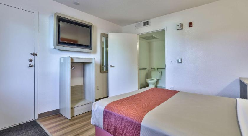 Queen Room with Disability Access Motel 6 Flagstaff - Butler Avenue