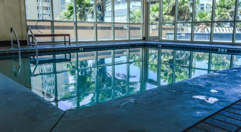 Piscina Crystal Tower Unit 1207