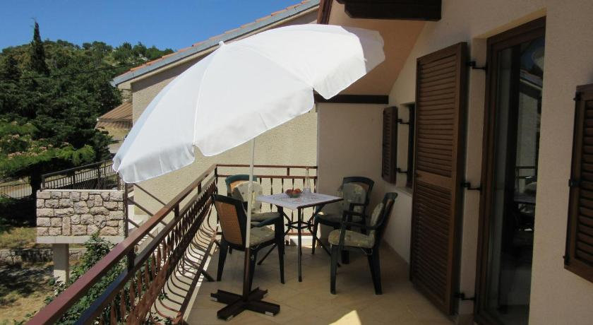 Balcony/terrace One-Bedroom Apartment in Karlobag I