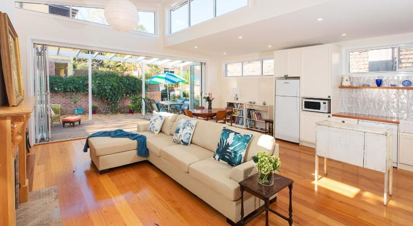 Separate living room Bright Sunny Place, close to Airport & Inner West