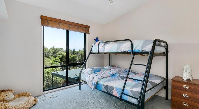 Three-Bedroom House - Guestroom Light, Bright and Breezy