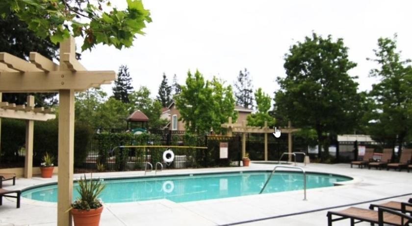 Piscina Global Luxury Suites in Cupertino