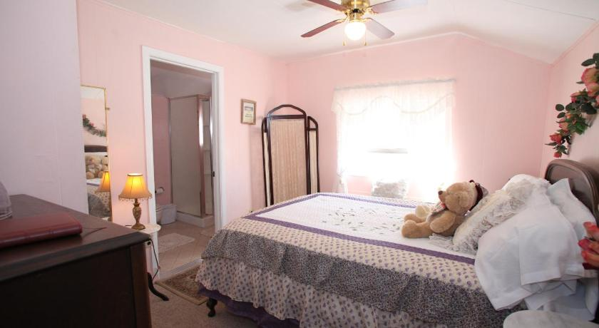 Deluxe Double Room with Shower - Guestroom Tombstone Bordello Bed & Breakfast