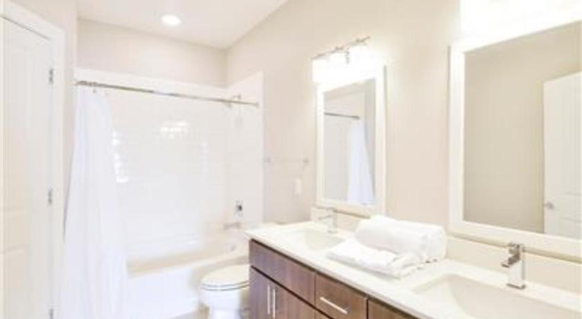 Apartment - Bathroom 2 BR Luxury Apt Close to Zoo and Downtown - BS06