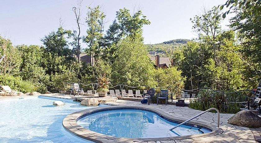 Swimming pool Les Manoirs by Tremblant Sunstar