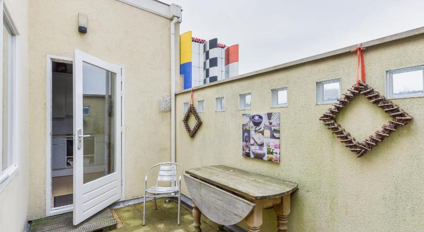 Lejlighed med altan (Apartment with Balcony)