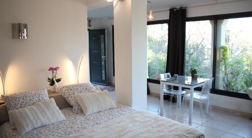 chambre d 39 h tes les jasmins collioure. Black Bedroom Furniture Sets. Home Design Ideas