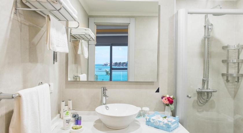Superior Suite with Sea View - Bathroom Bodrum Gulluk Marina Suites