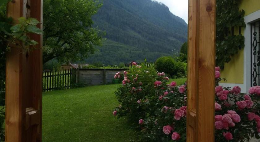 Haus lerchenreith book online bed breakfast europe for Haus bad aussee