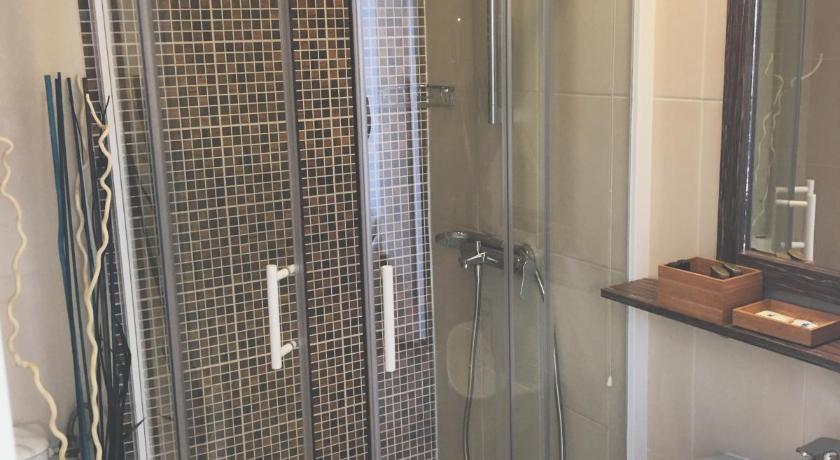 Studio (2 Adults) - Shower Apartments Legacy