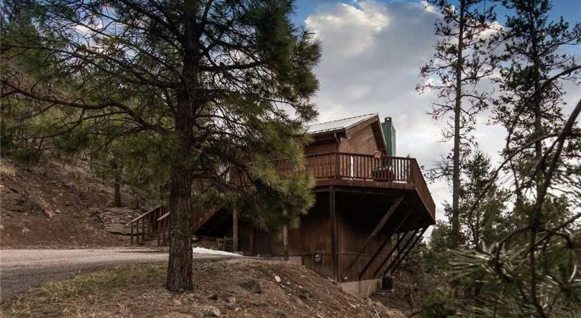 Cabin on the Creek Three-bedroom Holiday Home