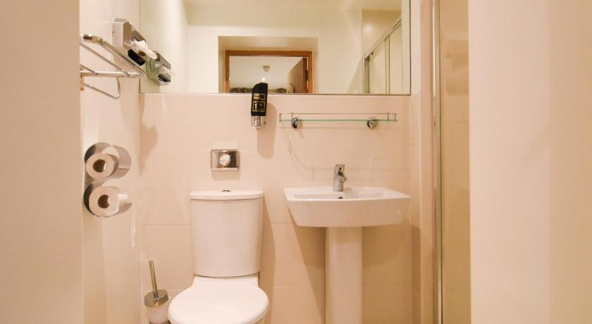 Classic Double Room - Bathroom The Eyre Square Townhouse
