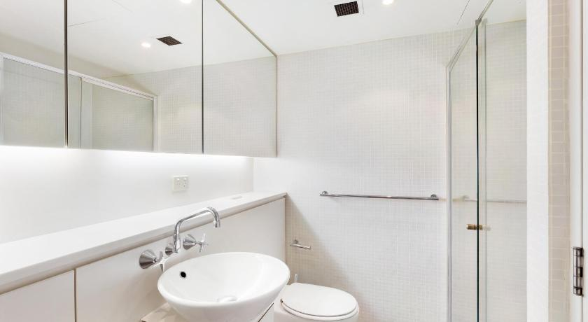 Bathroom Sydney CBD Fully Self Contained Modern 1 Bed Apartment (712SHY)