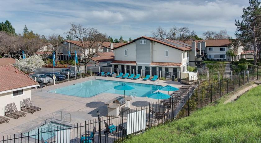 Peldbaseins Global Luxury Suites near San Ramon Valley