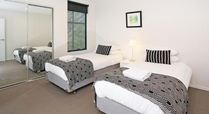 Apartment with Balcony - Guestroom H1B 3BR Bulimba - Uptown Apartments