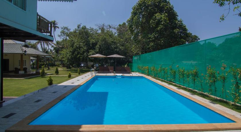 Swimming pool Lakeside Resort - A Wandertrails Stay