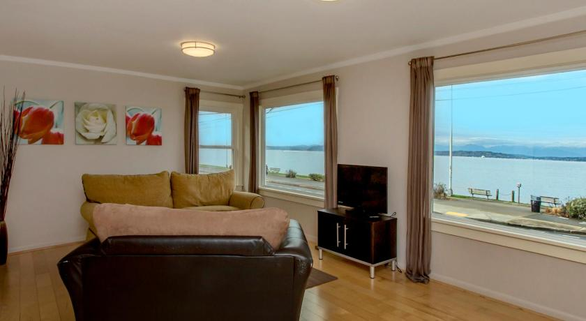 Walkable Alki Beach Bungalow Home