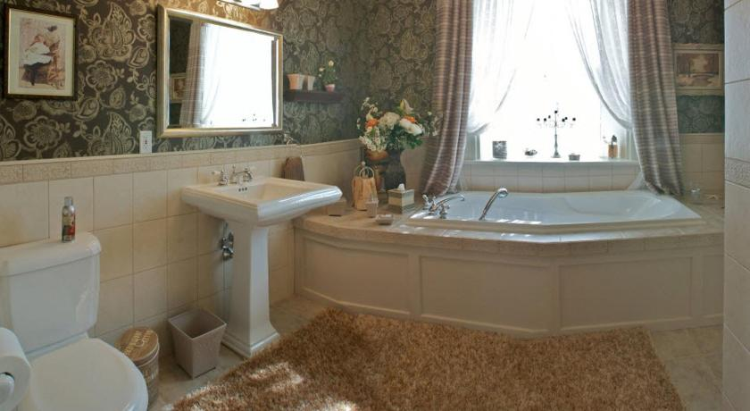 Deluxe King Suite with Spa Bath - Bathroom Maplehurst Manor