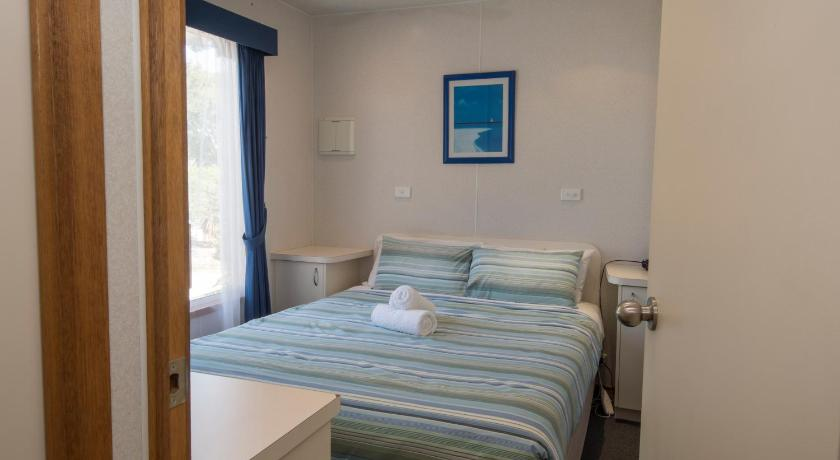 Deluxe Two-Bedroom Cabin - 1 - Gjesterom The Lakes Beachfront Holiday Park