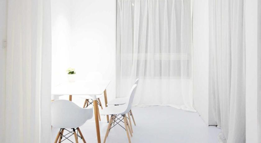 White Art Apartment
