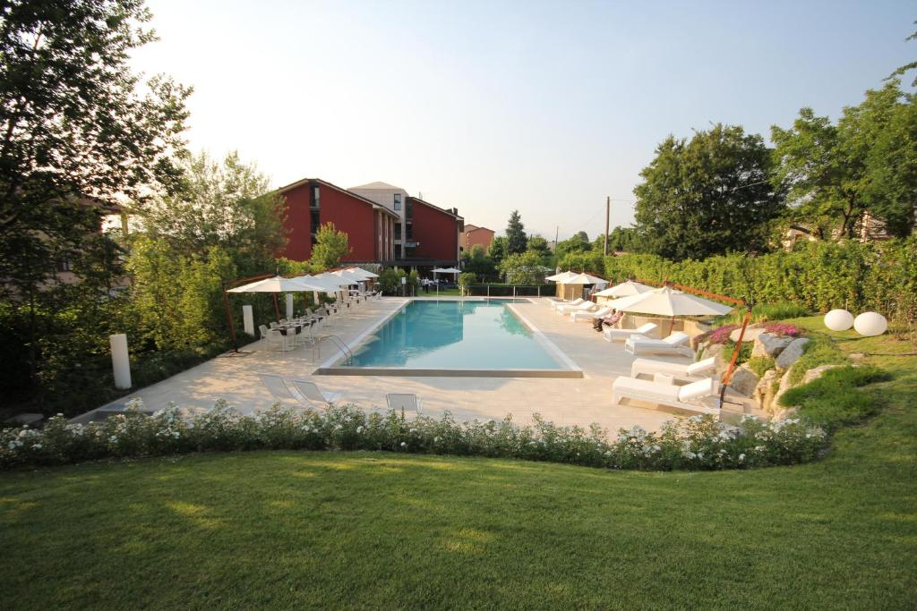 Book Now Red's Redaelli Hotel (Sirtori, Italy). Rooms Available for all budgets. The Red's Redaelli is set in the Brianza Lecchese countryside 17 km from Lecco and 20 km from Como. This modern large building features its own gardens and free parking.Rooms