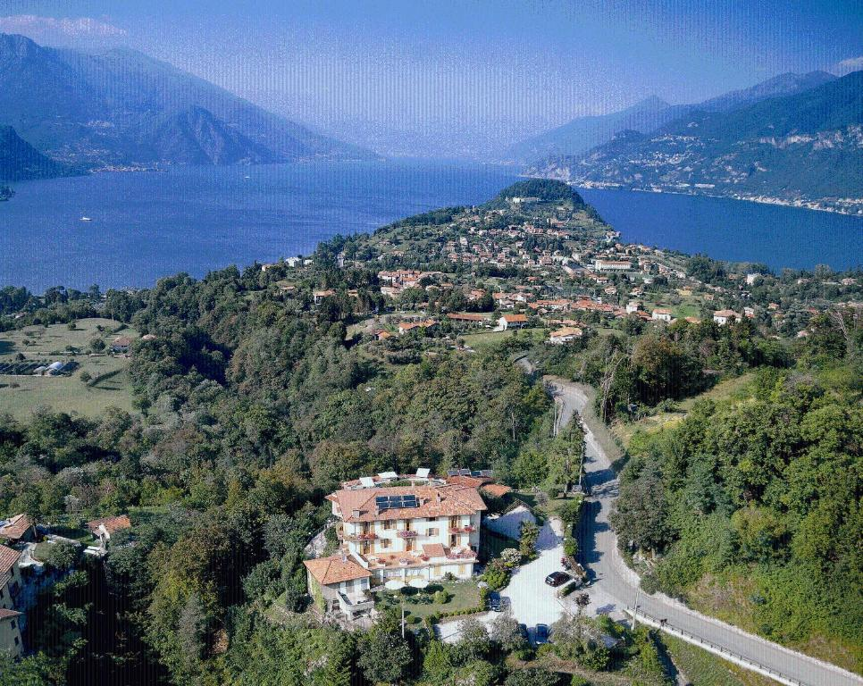 Book Now Hotel Il Perlo Panorama (Bellagio, Italy). Rooms Available for all budgets. The Hotel is located on the top of the hill facing the lake 3 km from town centre. Il Perlo panorama in Bellagio is the ideal address for those who are looking for a comfortab