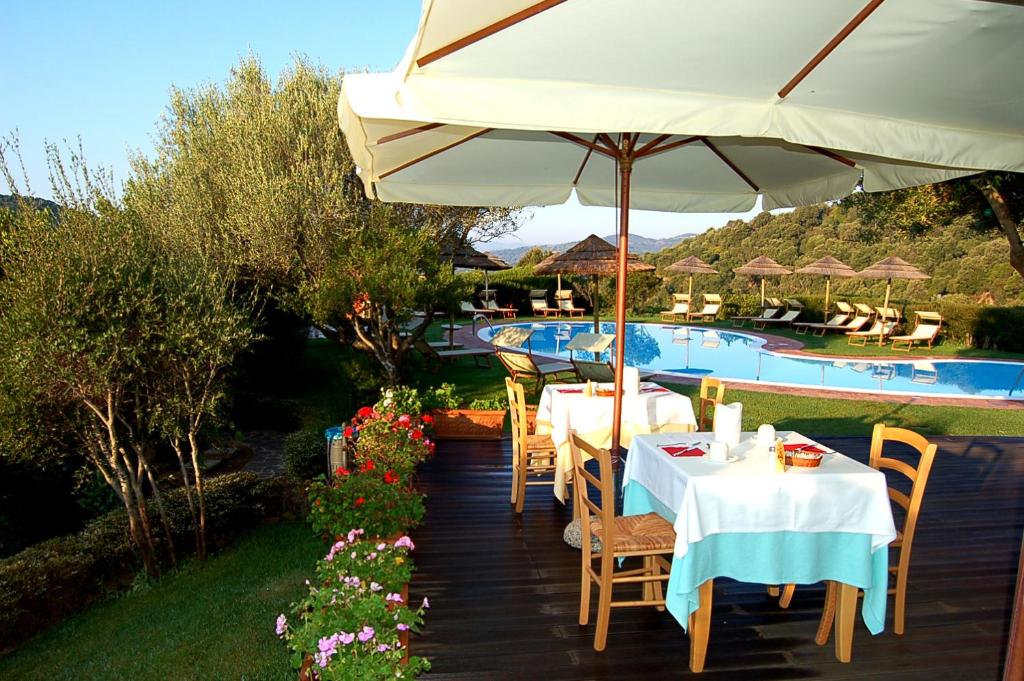 Book Now Aldiola Country Resort (Sant Antonio Di Gallura, Italy). Rooms Available for all budgets. The charming Aldiola Country Resort is surrounded by centuries-old trees and located on the hills overlooking the Liscia Lake close to the Sardinian Emerald Coast.The panorami