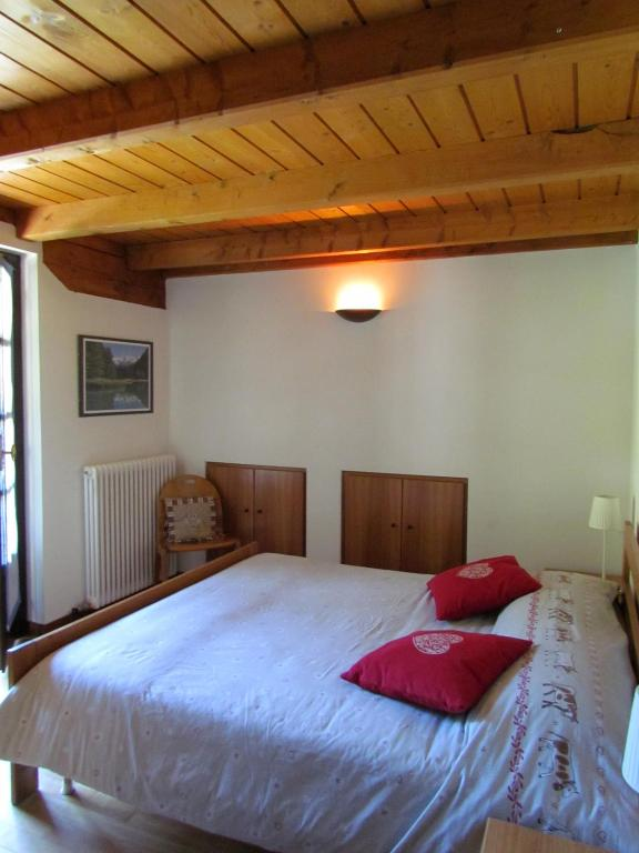 Book Now Il Piccolo Residence (Gressoney la Trinite, Italy). Rooms Available for all budgets. Set just 2 km from the centre of Gressoney La Trinite' Il Piccolo Residence offers self-catering apartments with views of the valley or of Mount Rosa. The Monterosa Ski Area i