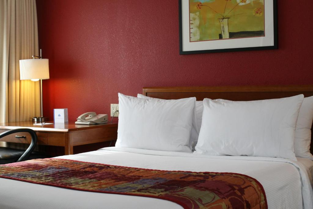 Book Now Lakeview Signature Inn - Calgary (Calgary, Canada). Rooms Available for all budgets. Offering indoor saltwater pool and a hot tub Lakeview Signature Inn - Calgary is located in Calgary. A daily hot buffet breakfast is served. Free WiFi access is available. Cal