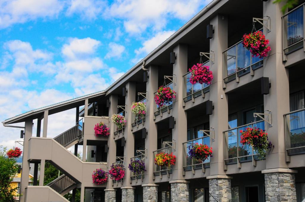 Book Now Accent Inn Kamloops (Kamloops, Canada). Rooms Available for all budgets. The non-smoking Accent Inn Kamloops offers free Wi-Fi and an on-site restaurant in British Columbia's scenic cattle country. Free Wi-Fi and hairdryers are included in all of t