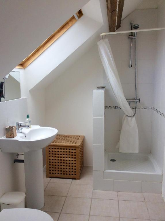 Double Room with Shared Shower and Toilet - Bathroom