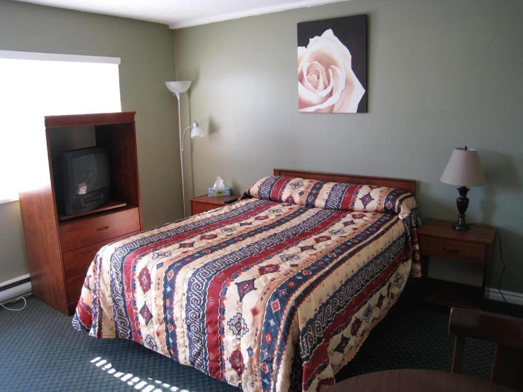 Book Now Beach Grove Motel (Tsawwassen, Canada). Rooms Available for all budgets. Located adjacent to Beach Grove Golf Club this Tsawwassen motel offers rooms with a kitchenette.  Free Wi-Fi is included.  Tsawwassen Ferry Terminal is 8km away.Cable TV